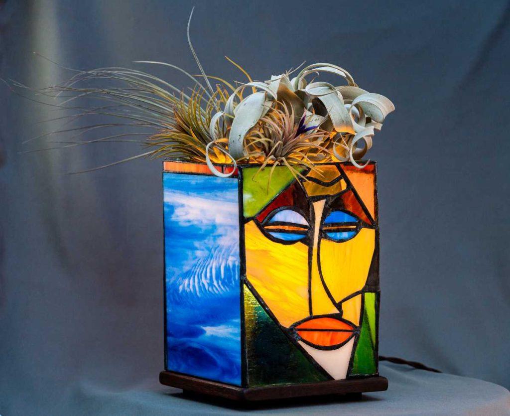 terariu cu plante aeriene, tilandsia, sticla colorata, lampa vitraliu