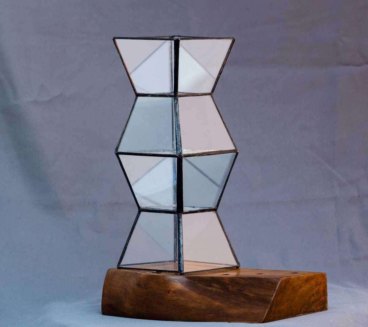 terariu din sticla, coloana lui brancusi, pe suport de lemn, greenarium