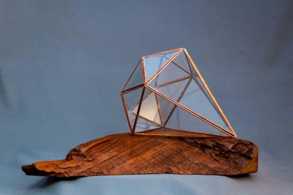 terariu geometric pe suport de lemn din mahon, lucrat manual, diamant