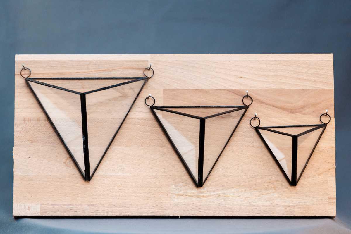 terariu geometric din sticla, set de trei piramide suspendate cu muchii negre, grenarium