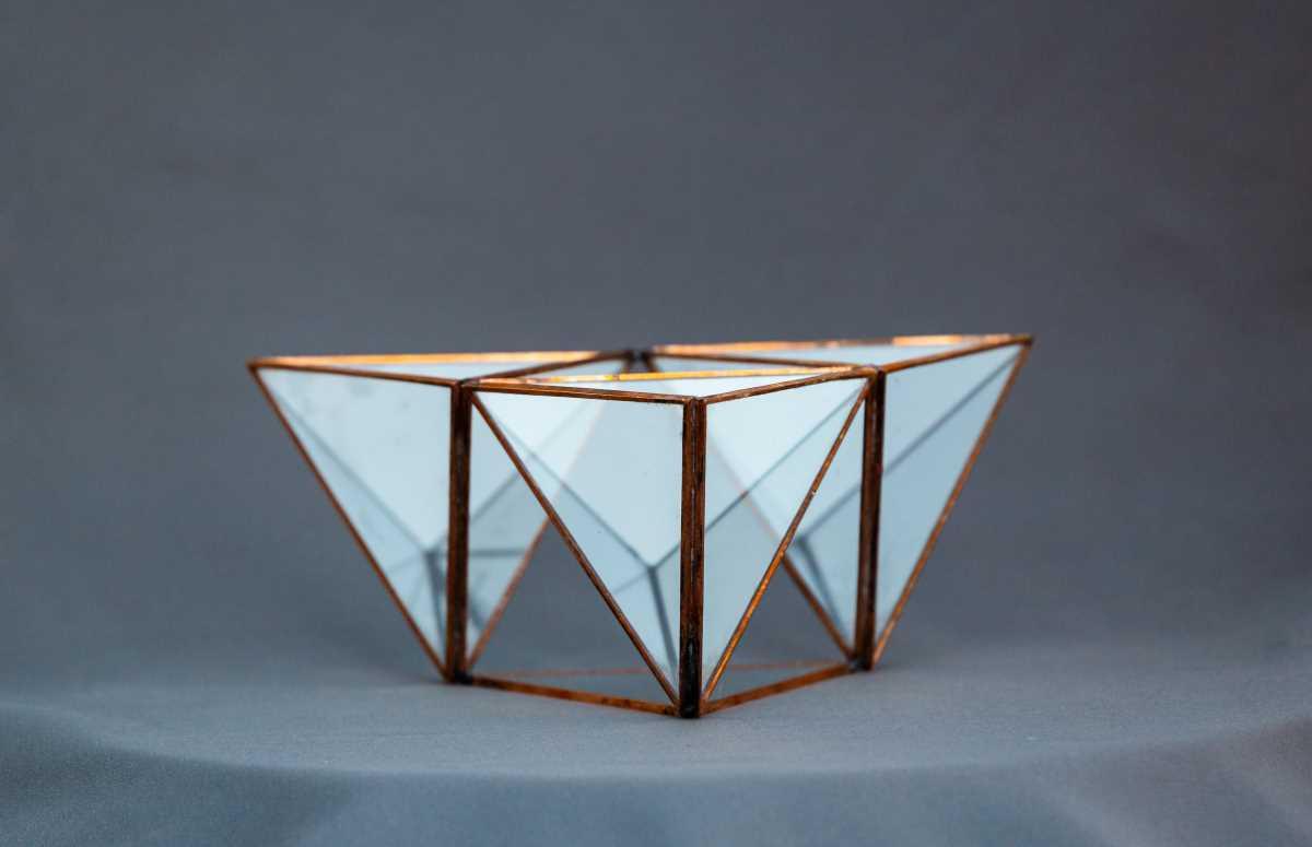 terariu geometric in forma de tri-piramida, greenarium