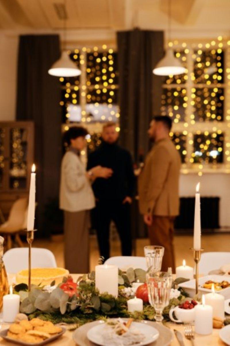 decor pentru masa cu fursecuri, aranjament cu lumanare alba,