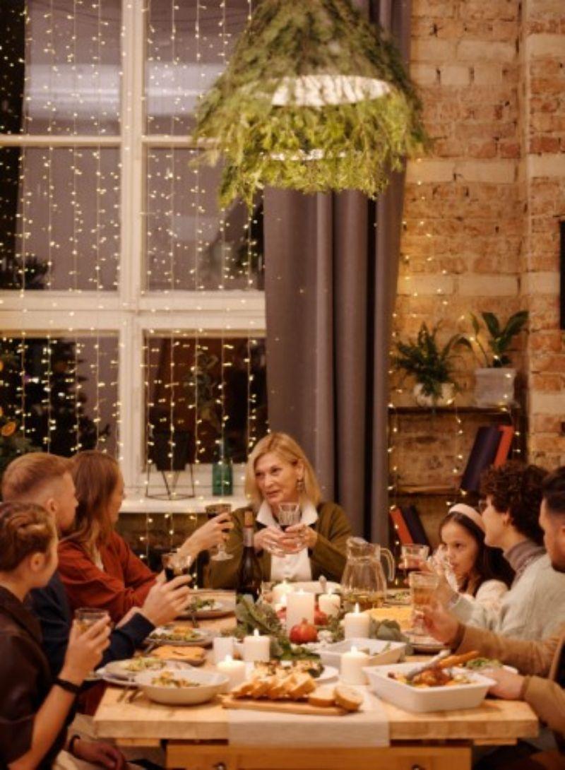 masa in familie, luminite la geam, socializare