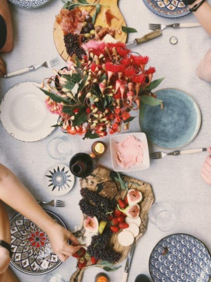 platouri de mancare, farfurii albastre si albe, buchet de flori rosii