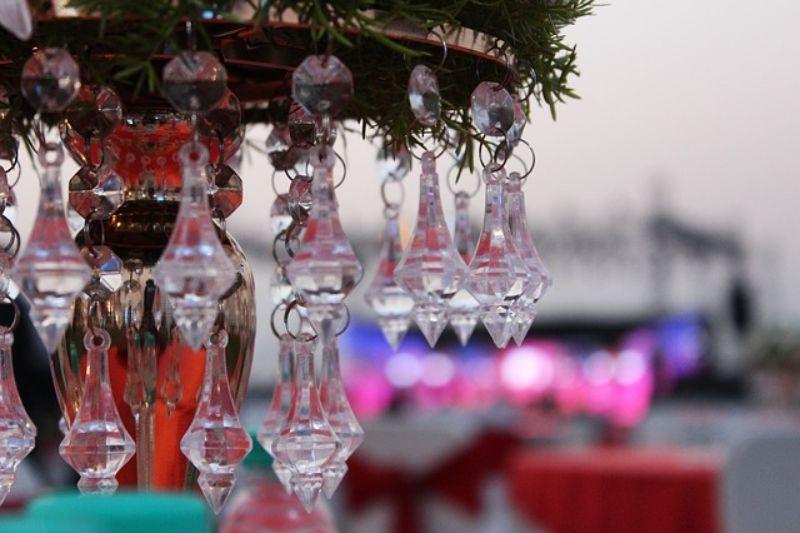 candelabru din sticla transparenta, decor blurat