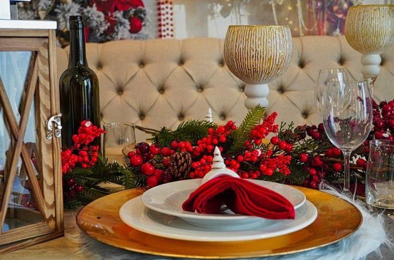 decirde Craciun intr-un restaurant, culoarea rosie, farfurii albe si aurii