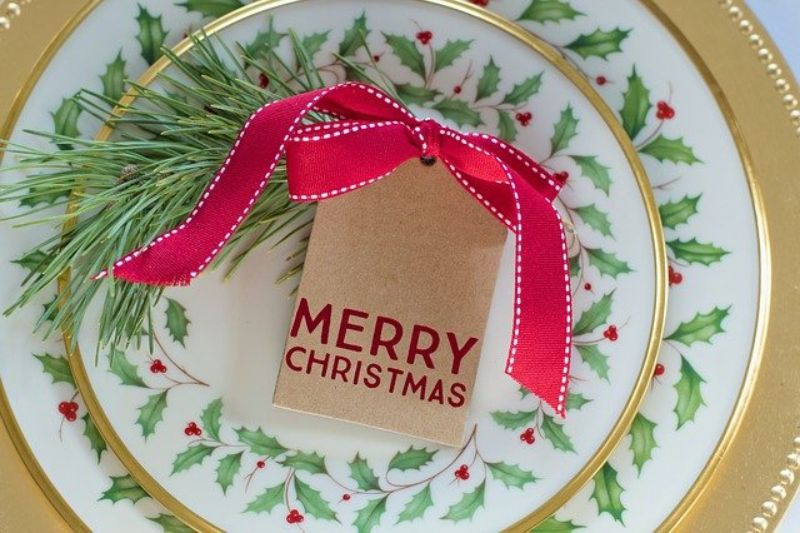 Felicitare de Craciu cu fundita rosie, farfurii cu decoratiuni verzi