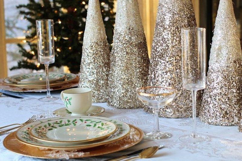 vesela de craciun, pahare transparente, decor auriu cu alb