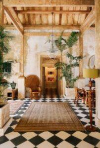interior decorat cu lemn si plante exotice inalte, podea in carouri