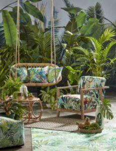incapere cu diferite plante exotice, captuseala de scaun colorata, motive cu frunze, elemente din lemn