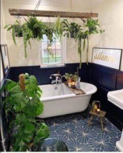 Baie moderna cu plante exotice, perete negru cu crem, scaunel din lemn pentru baie