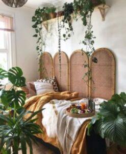 dormitor cu diverse plante, mic dejun in pat pe o tava rotunda