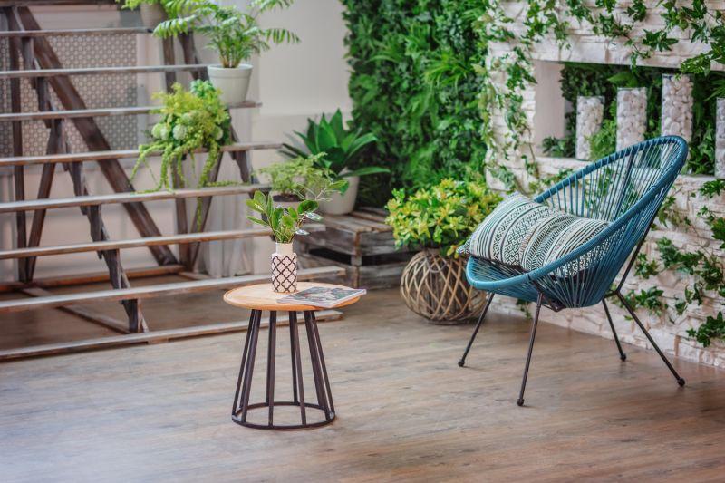 colt de natura cu plante verzi, scaun turcoaz