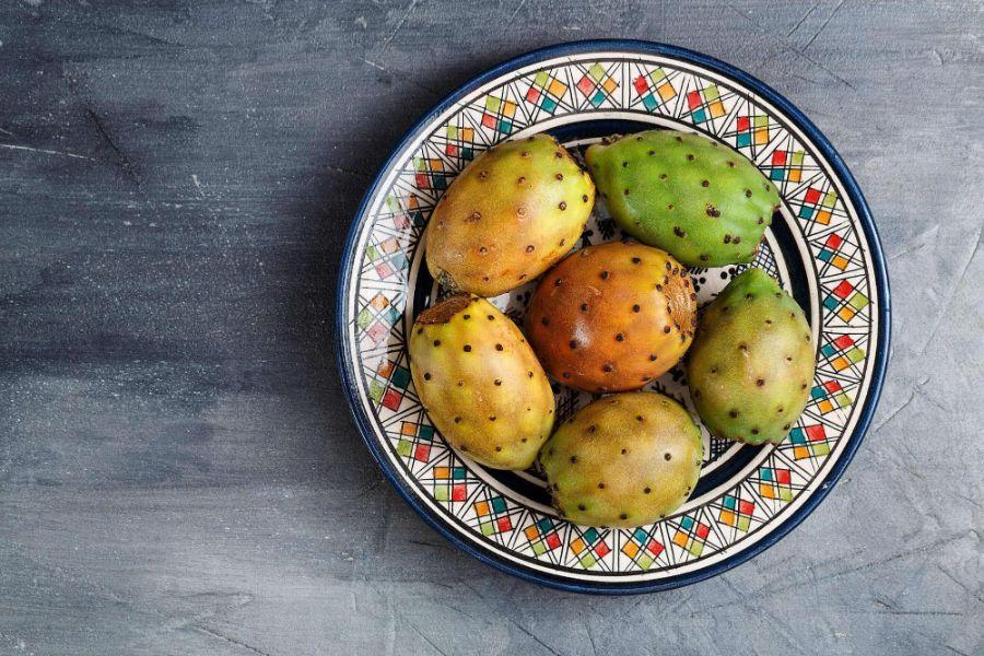 Puntia ficus indica fruct, farfurie cu decoratii geometrice pe fundal albastru
