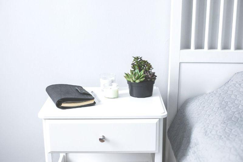 noptiera de pat alba, plante suculente,, lumanari, agenda cu coperta din piele