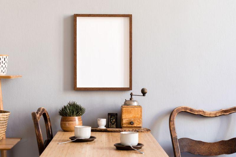 loc de baut cafeaua, cesti albe, tablou gol, scaune din lemn