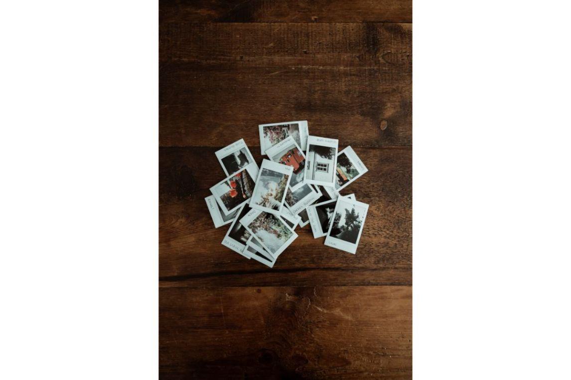 colaj de fotografii puse pe o masa de lemn