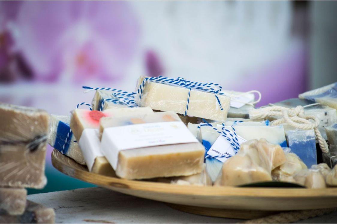 sapunuri handmade, snur albastru cu alb, tava din lemn