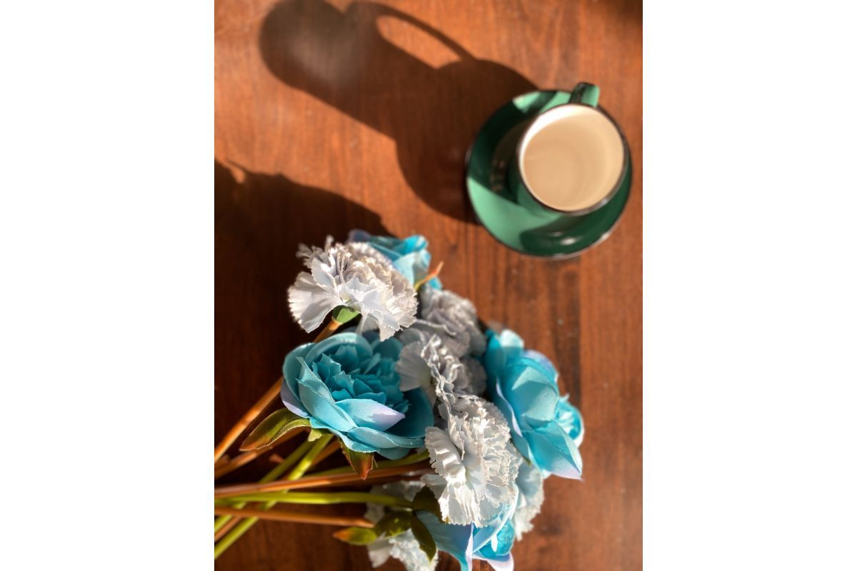 cana verde de cafea cu trandafiri colorati albastru si alb