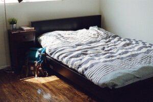 Pat de dormitor din lemn masiv, raza de soare, lenherie in dungi
