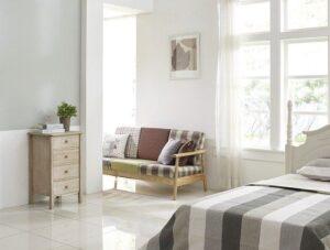 Colt de dormitor, canapea rustica, lenjerie de pat in dungi, perete albi