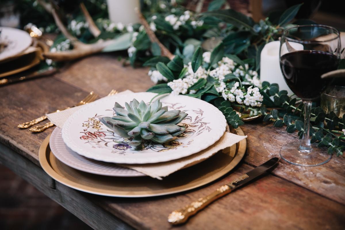 Echeveria pe o farfurie alba cu motive florale, masa din lemn, aranjamente pentru nunta sau botez