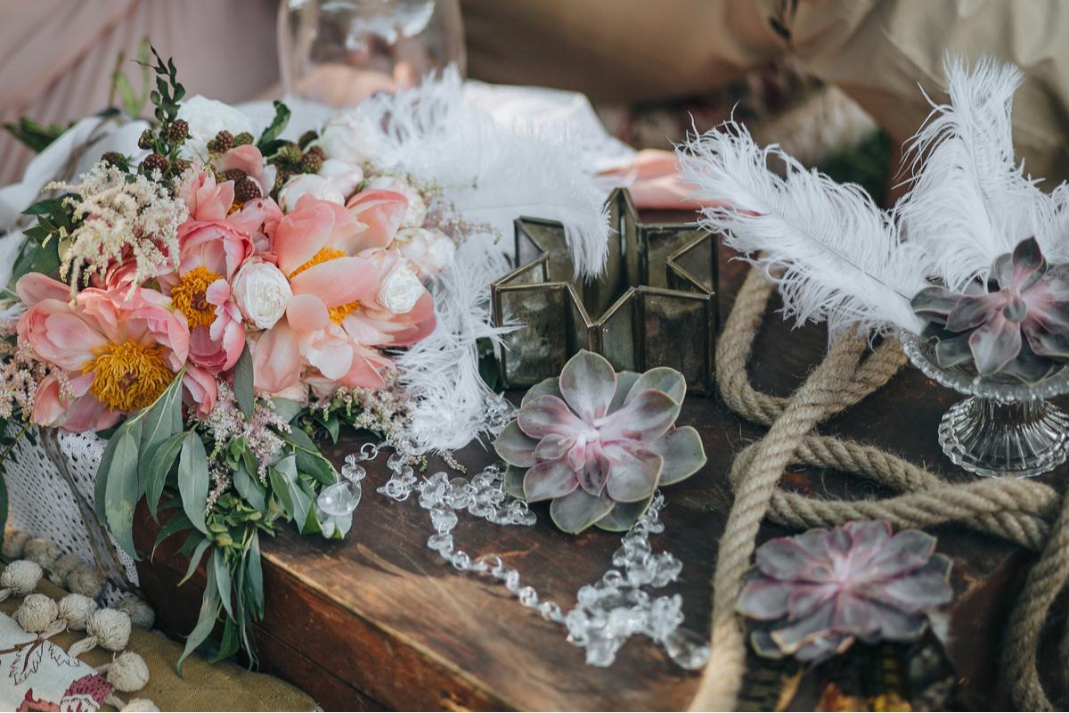 decor artistic cu flori si plante suculente, margele din sticla, pene albe