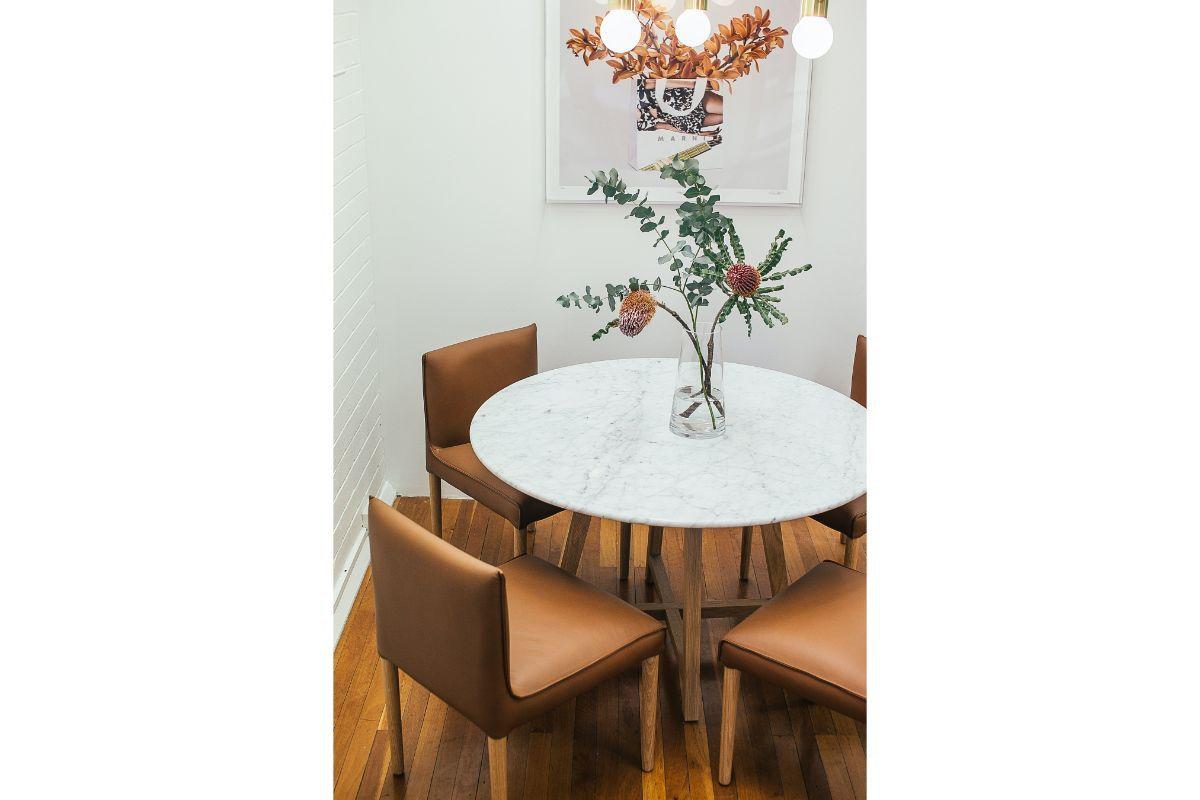 colt de living modern, scaune din piele, masa din marmura, tablou abstract